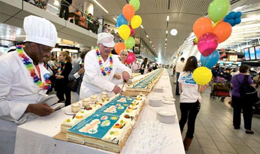 Image: Giant 200 metre-long cake