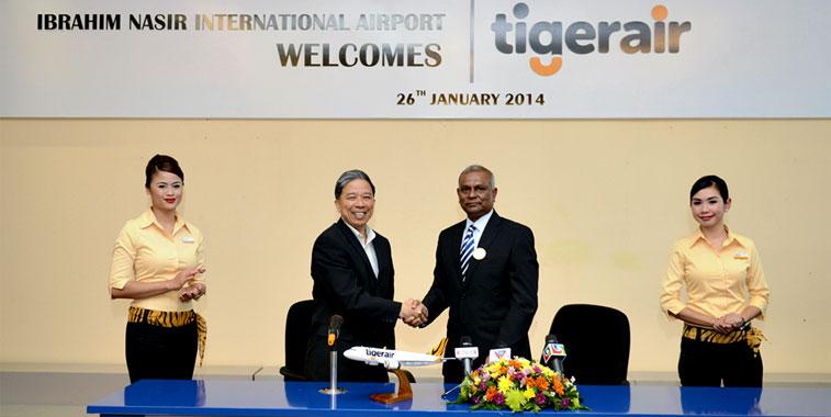 Celebrating the launch of Tigerair Singapore services to Ibrahim Nasir International Airport were Ho Yuen Sang, COO, Tigerair and Bandhu Ibrahim Saleem, Managing Director, MACL (Maldives Airport Company Limited).
